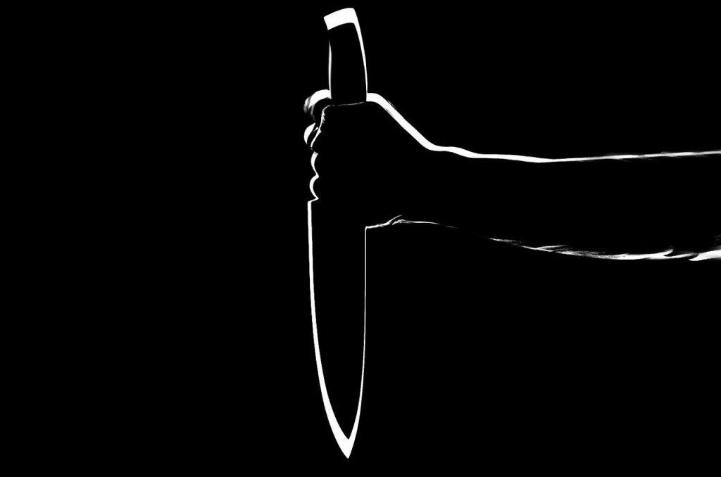 Cuchillo negro en fondo negro