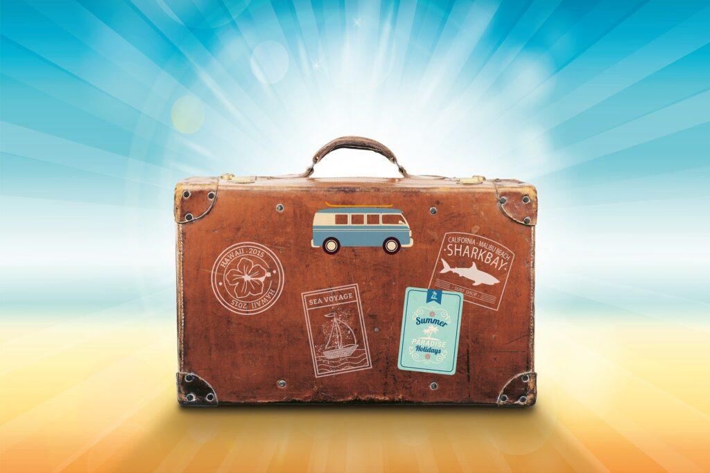 Maleta de viaje con muchos destinos a su espalda