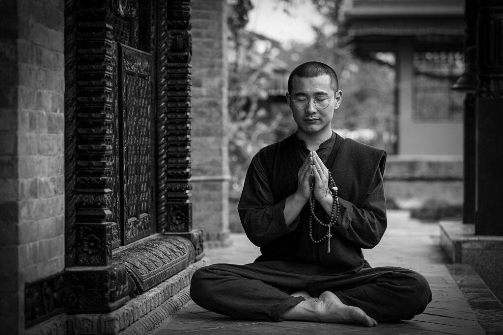 Mejores libros yoga monje meditando