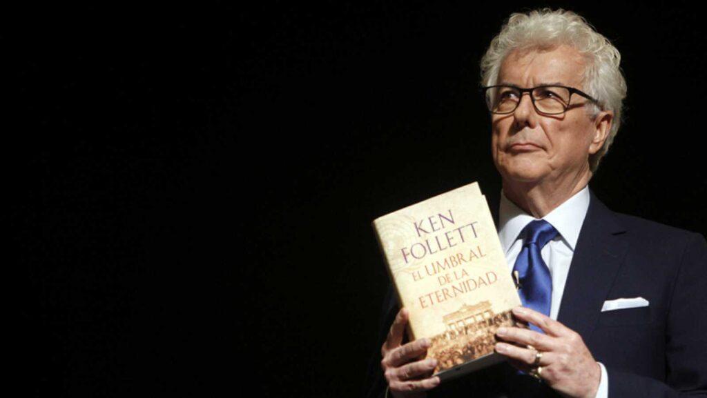 Autor británico Ken Follet presentando su libro.
