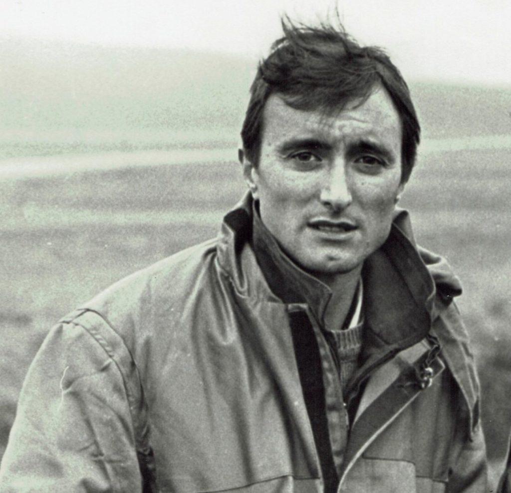 El autor Arturo Pérez-Reverte en sus días como corresponsal de guerra.