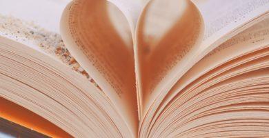 Páginas de un libro de poesía moderna plegadas de en forma de corazón.