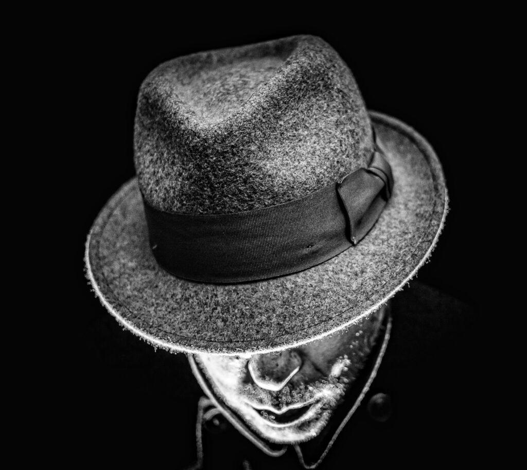 Personaje de un libro triller con el sombrero tapándole el rostro
