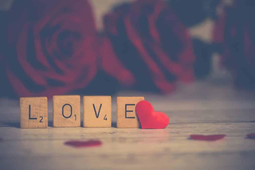 Palabra amor en inglés armada con piezas de Scrabble